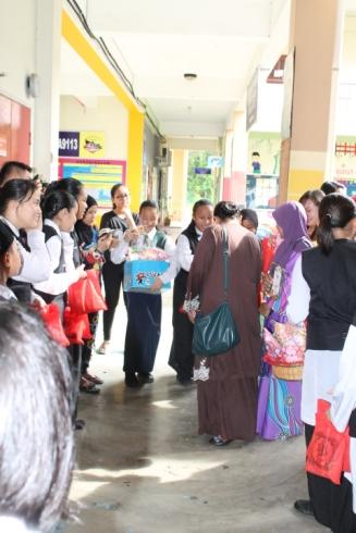 Pengawas Sekolah mengagihkan cenderahati kepada para guru